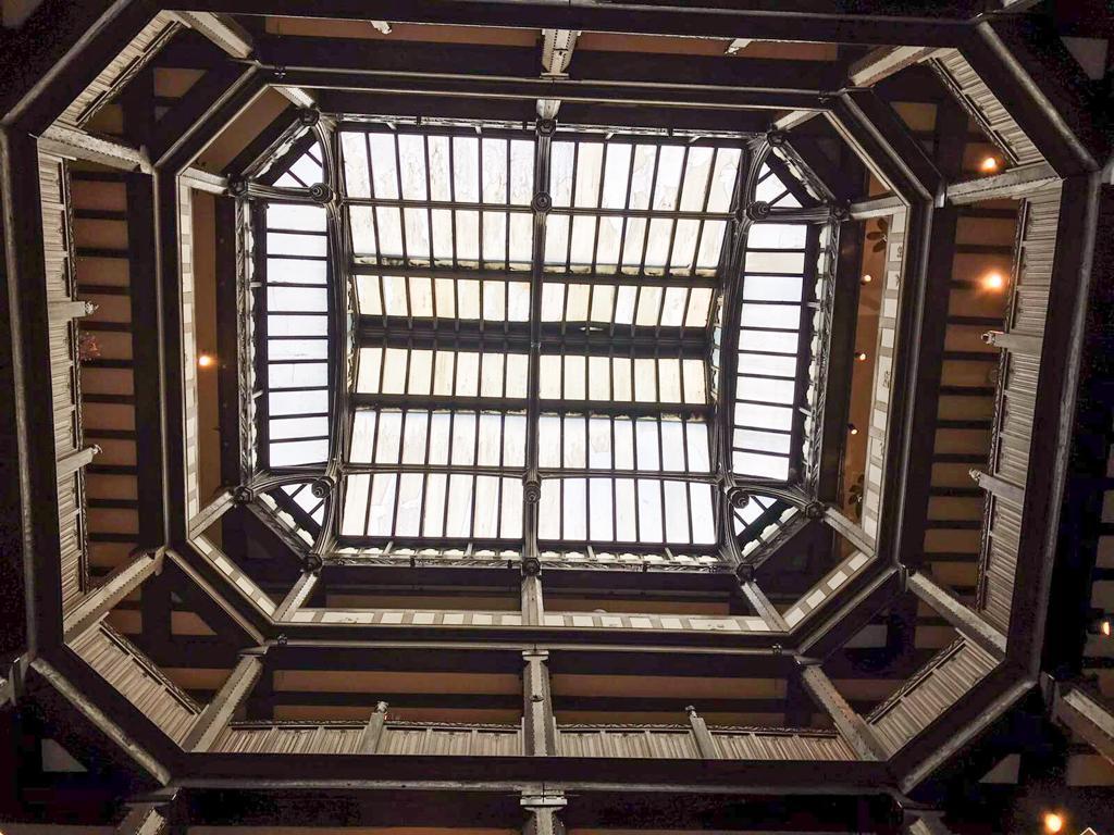 La grande vetrata dei magazzini Liberty a londra