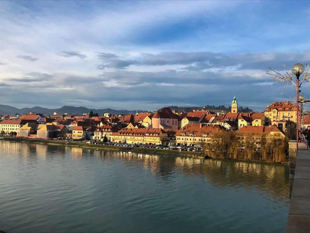 il panorama di Maribor dal ponte sulla Drava in Slovenia
