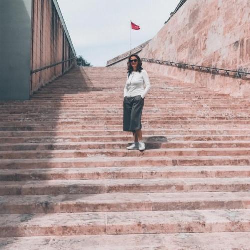 Mila in posa su una scalinata maltese